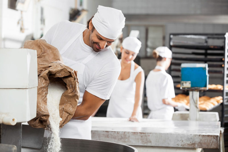 Bild oben: Berufsschuhe für die Lebensmittelindustrie unterliegen besonderen Anforderungen / Foto: 123rf.com
